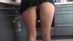 Göğüslerini masanın üzerine koyarak ev satın alan kızın pornosu
